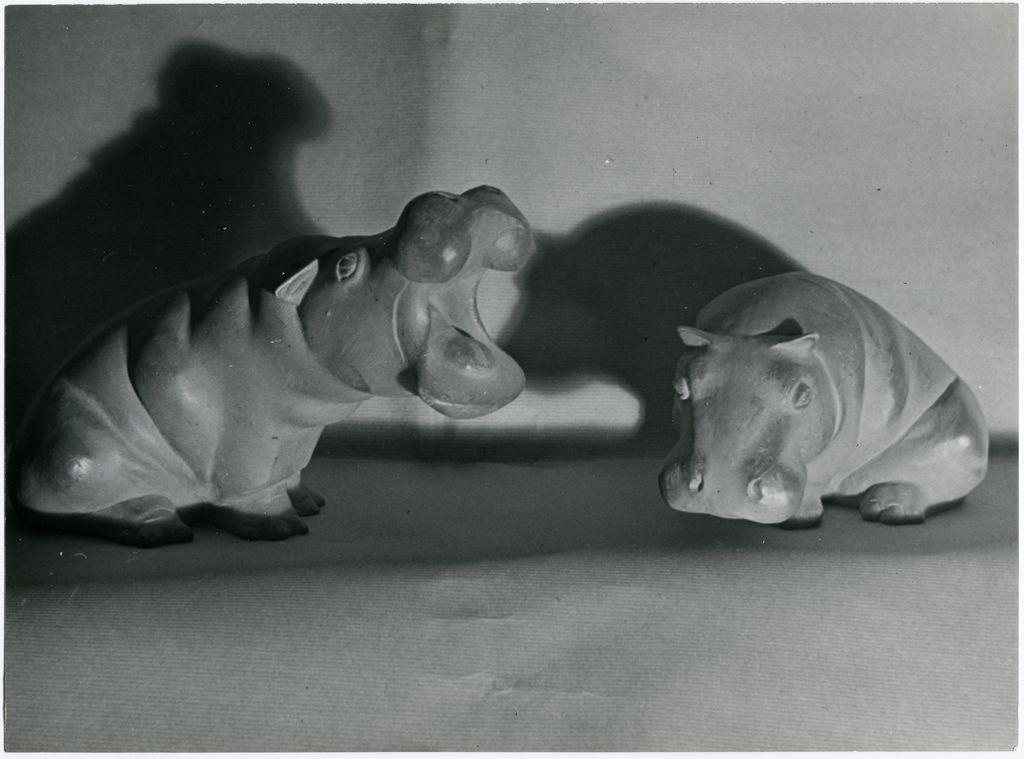 Photographie d'Elisabeth Makovska représentant une sculpture de deux hippopotamesde Georges-Laurent Badeau.