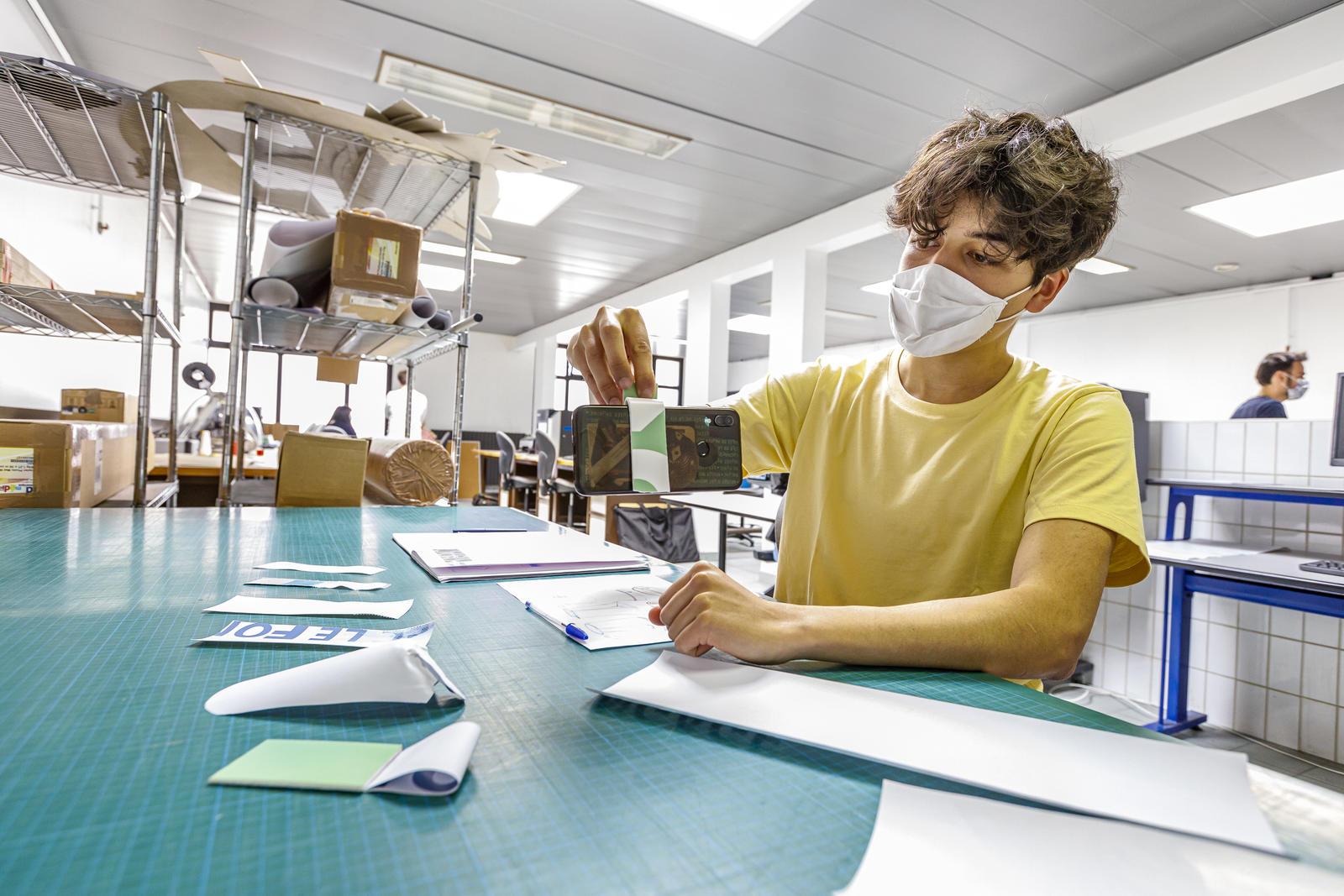 Un étudiant travaille sur son projet.
