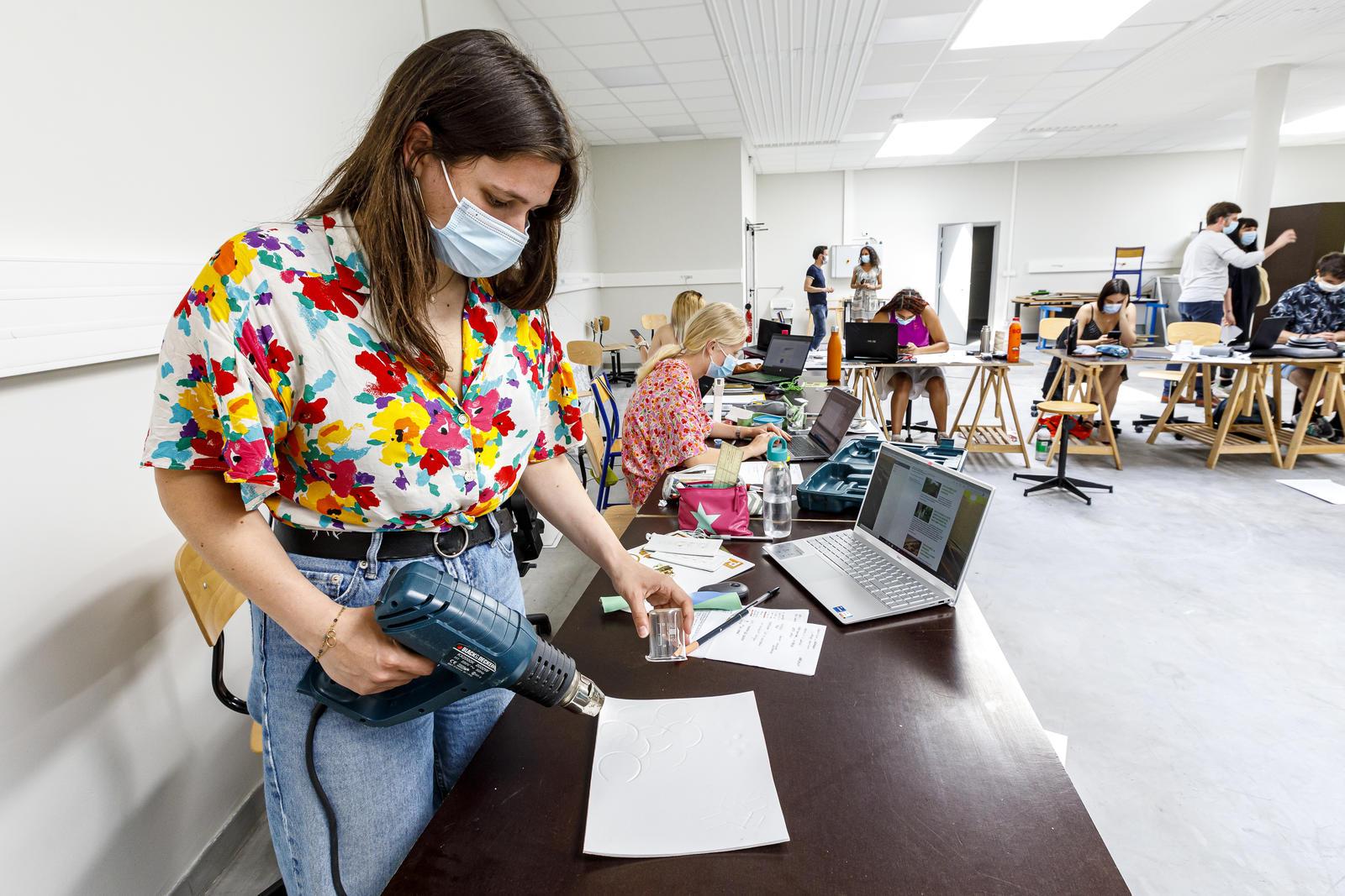 Une étudiante travaille sur son projet.