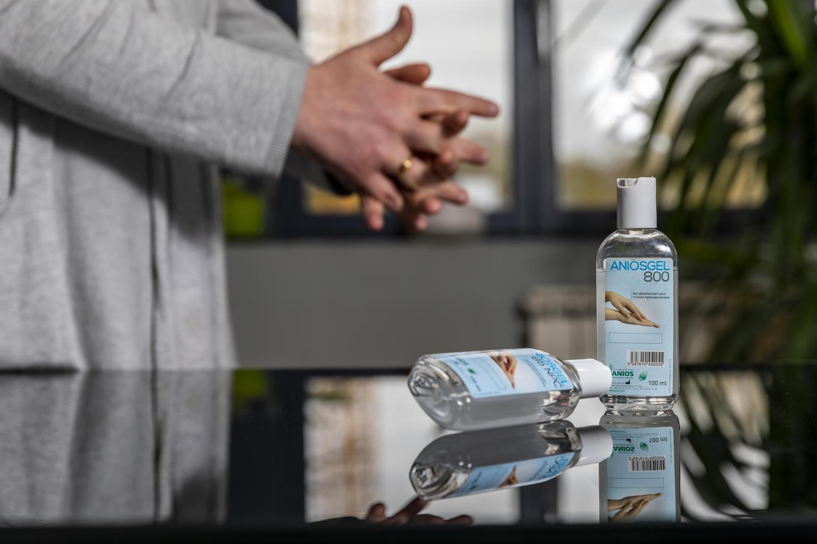 Lavage de mains avec flacons de gel hydroalcoolique.