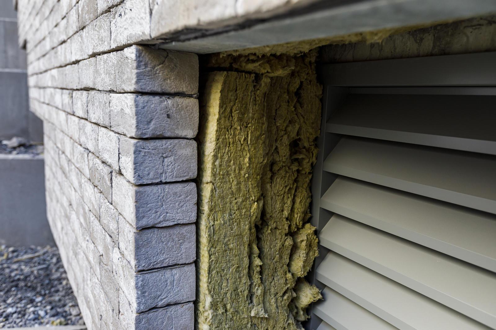 Mur de brique avec couche d'isolant.
