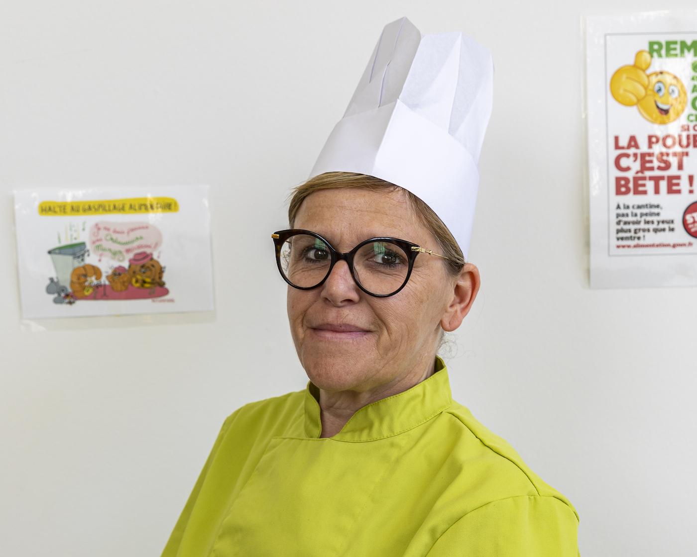 La Chef de cuisine sourit au photographe.