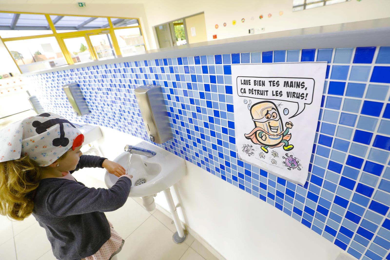 Une petite fille se lavant les mains
