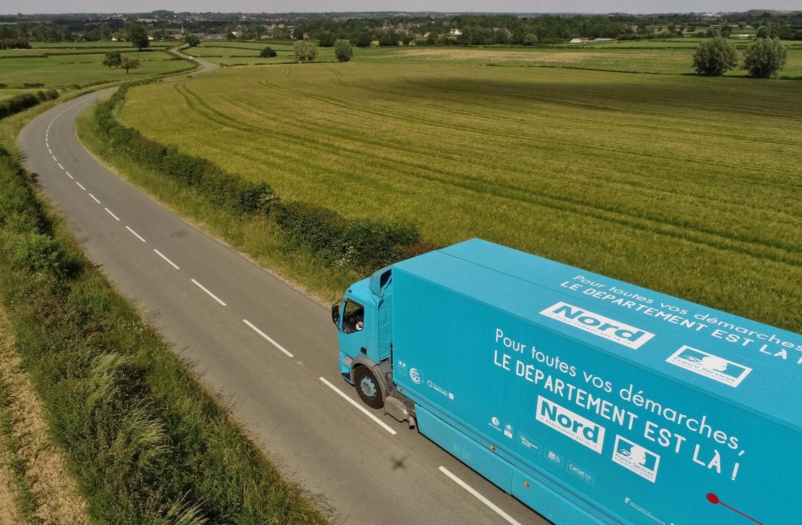 Un camion bleu sur une route