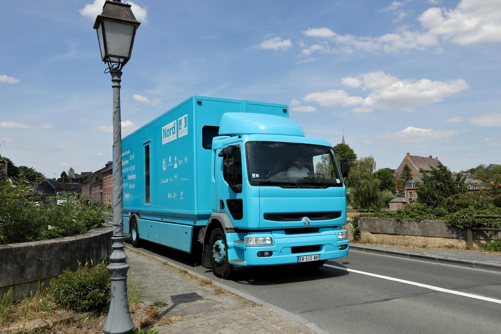 Un camion bleu